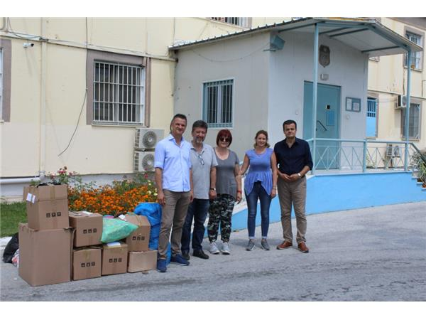 Σε άπορους κρατούμενους των φυλακών μοίρασε ρούχα η Περιφέρεια Θεσσαλίας