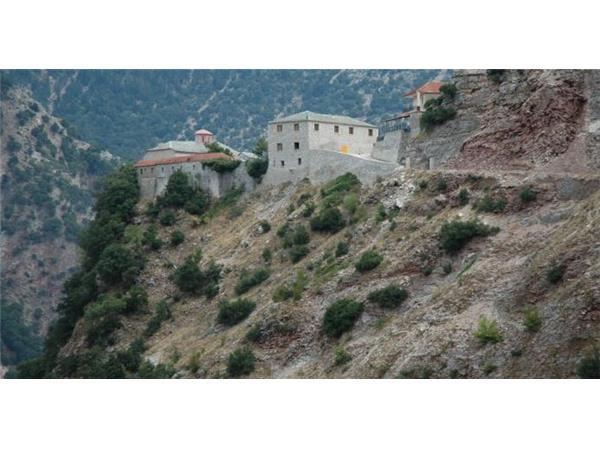 Προχωρά το έργο της τσιμεντόστρωσης του δρόμου προς την Ιερά Μονής Παναγιάς Σπηλιάς